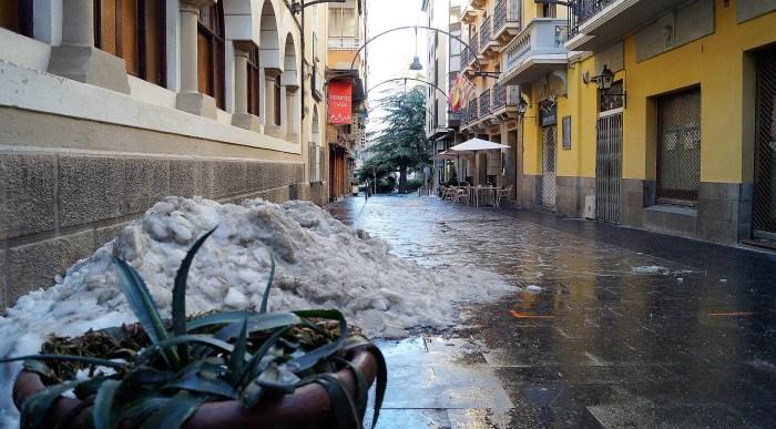 Huesca vuelve a estar confinada y se reduce más el horario de actividades no esenciales. Calle Unión Jaquesa de Jaca. (FOTO: Rebeca Ruiz)