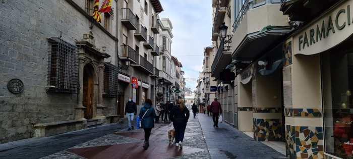 Jaca aprueba 560.000 € más para ayudas urgentes a autónomos y pymes y para el Plan Remonta. Calle Mayor de Jaca. (FOTO: Rebeca Ruiz)
