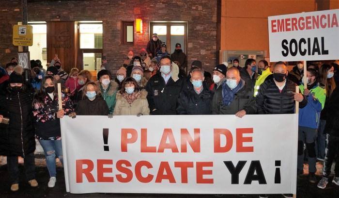 Alcaldes y concejales del Valle de Tena y la Tierra de Biescas muestran su unidad en defensa del Pirineo. (FOTO: Rebeca Ruiz)