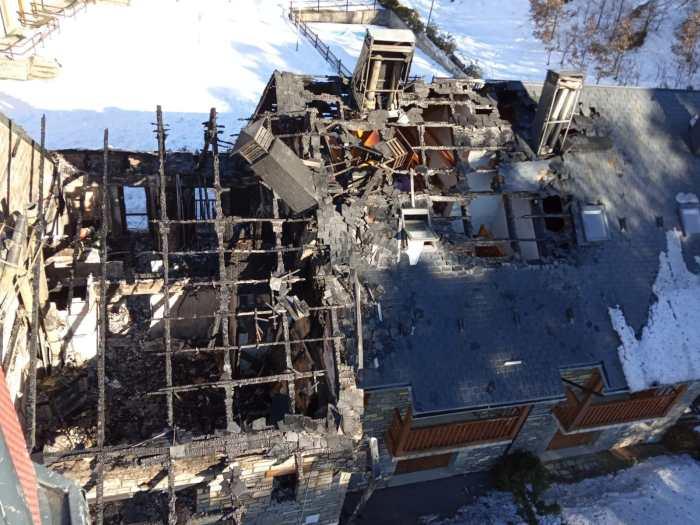 4 apartamentos calcinados y el edificio precintado, balance del incendio de Tramacastilla. (FOTO: DPH)
