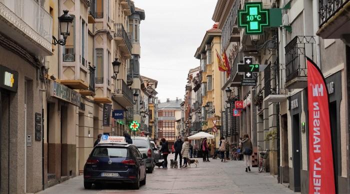 Se amplía el toque de queda hasta las 23.00 horas y se flexibilizan medidas y horarios. En la imagen, la Calle Mayor de Jaca. (FOTO: Rebeca Ruiz)