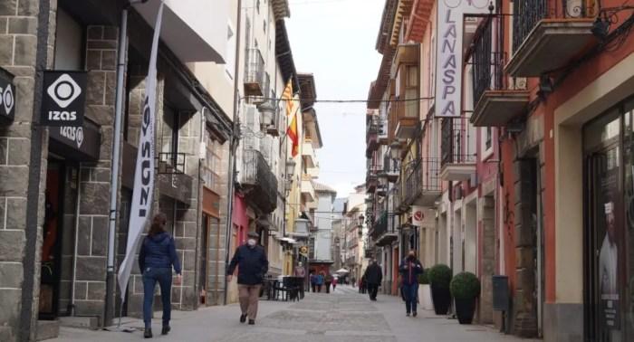 Iniciativa pionera de Escuelas Pías para impulsar la economía local y ayudar a las familias de Jaca. En la imagen, la comercial Calle del Carmen de Jaca. FOTO: Rebeca Ruiz.