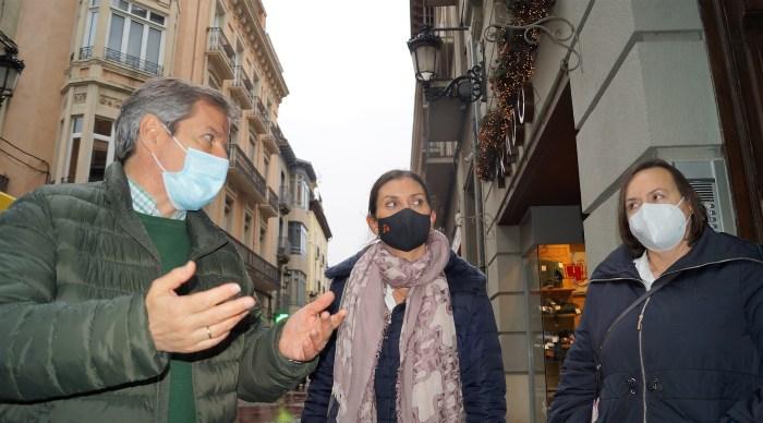 De izda. a dcha., Daniel Pérez, Sara Giménez y Matilde Campo, de Cs, hoy, en Jaca. (FOTO: Rebeca Ruiz)