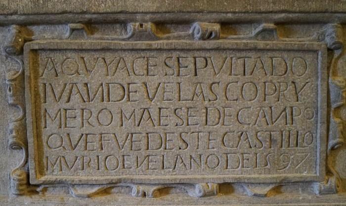 Inscripción en el sepulcro de Juan de Velasco. (FOTO: Rebeca Ruiz)
