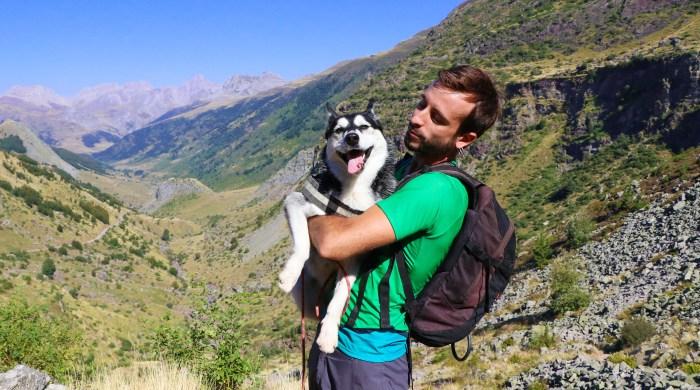 Adrián Solana, con su perra Quimal, compañera inseparable en sus salidas.