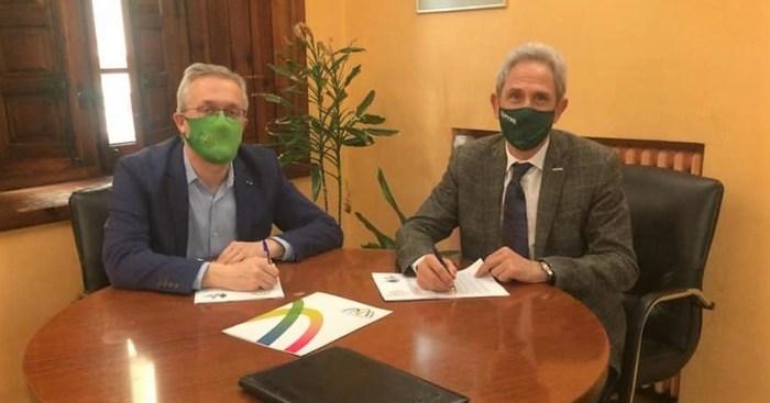 """Los bonos Impulsa Jaca Pirineos se pondrán en marcha de forma """"inmediata"""". En la imagen, un momento de la firma. (FOTO: Ayuntamiento de Jaca)"""