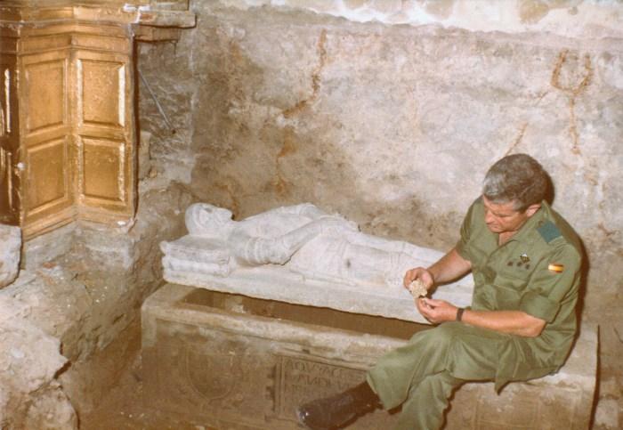La investigación sobre Juan de Velasco saca a la luz fotos inéditas de cuando aparecieron sus restos. En la imagen, el Coronel Juan Bautista Topete, junto al sepulcro, en 1985. (FOTO: Ciudadela de Jaca)