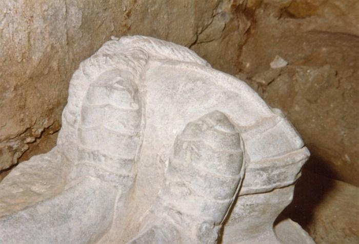 Detalle del sepulcro en su emplazamiento original. Foto tomada en 1985. (FOTO: Ciudadela de Jaca)
