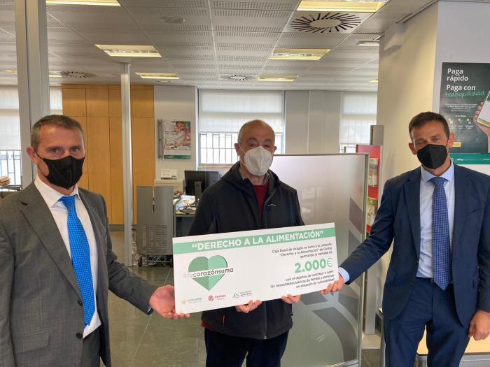 Caja Rural de Aragón entrega 2.000 euros a Cáritas Sabiñánigo para su campaña de alimentos. De izda. a dcha., Baratech, Botín y Lanuza.