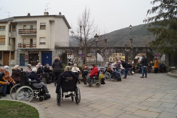 Los mayores de la residencia han podido volver a tomar un café en la plaza de Biescas. (FOTO: Rebeca Ruiz)