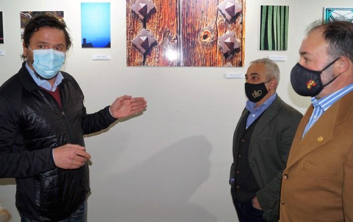 El fotógrafo, en un momento de la inauguración de la exposición, junto al gestor cultural de la Ciudadela, Julio Rina, y el coronel Francisco Rubio. (FOTO: Rebeca Ruiz)
