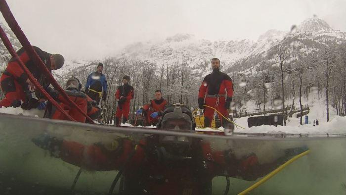 La Escuela Militar de Buceo de la Armada desafía al frío y al hielo del lago del Balneario de Panticosa. (FOTO: Armada Española)