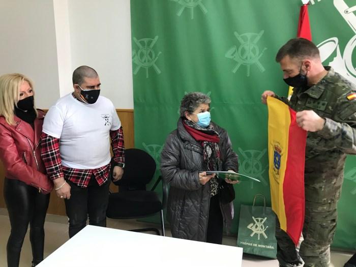 Entrañable gesto del Galicia 64 con la familia de Jaca afectada por el incendio de Casa La Rubia. (FOTO: RICM Galicia 64)