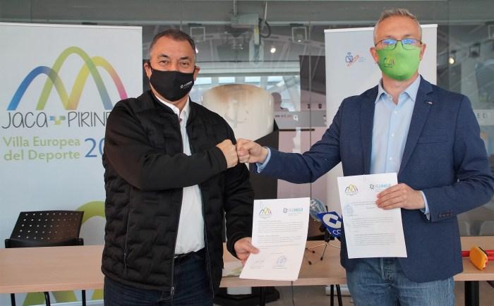 Frank González, presidente de la Real Federación Española de Deportes de Hielo, y Juan Manuel Ramón, alcalde de Jaca, durante la firma del convenio. (FOTO: Rebeca Ruiz)