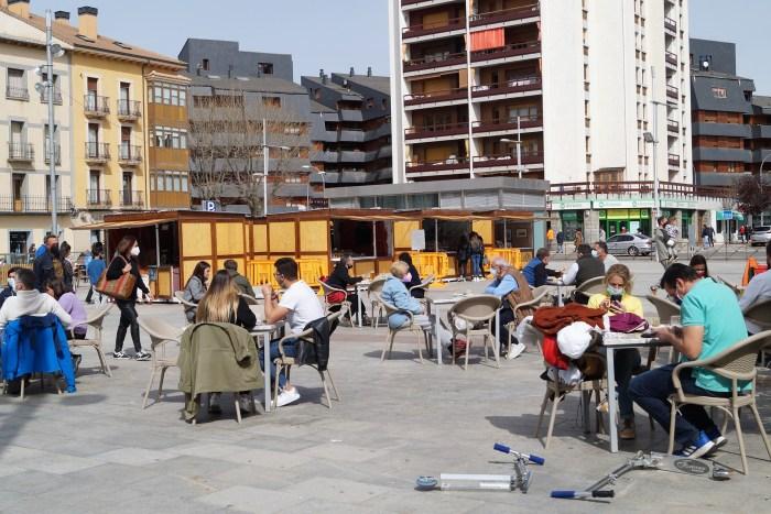 Ya están en la Plaza de Biscós los Mercados Jaca Pirineos, la mejor tarjeta de visita del territorio. (FOTO: Rebeca Ruiz)