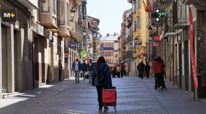 Aragón prorroga el confinamiento perimetral de la comunidad y el toque de queda hasta el 9 de mayo. En la imagen, la Calle Mayor de Jaca. (FOTO: Rebeca Ruiz)