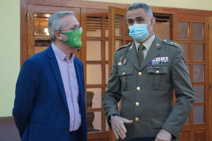 El alcalde de Jaca conversa con el general Mur, poco antes del acto. (FOTO: Rebeca Ruiz)
