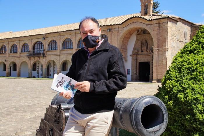 Francisco Rubio Damián, autor de La guerra de los robots, en la Ciudadela de Jaca. (FOTO: Rebeca Ruiz)