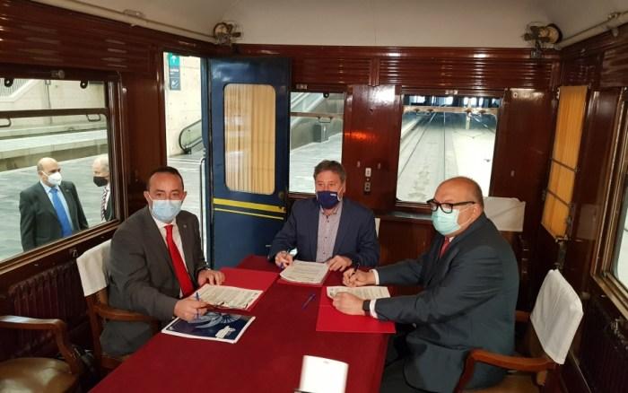 Nuevo paso para la constitución del futuro Museo del Ferrocarril de Aragón, con sede en Canfranc. Soro, Domínguez y Abadías, durante la firma del convenio (FOTO: Gobierno de Aragón)