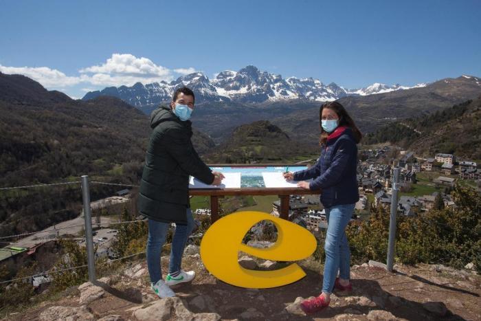 Carlos Gimeno, jefe del Departamento de Desarrollo de Negocio de Embou, y Sandra Lecina, gerente de la Asociación Turística de Valle de Tena, en la firma de renovación del convenio en el mirador de O Calvé. (FOTO: Embou)
