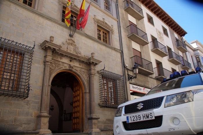 La Policía Local de Jaca intensificará los controles de consumo de drogas entre los conductores. Un vehículo de la Policía Local, en la puerta del Ayuntamiento de Jaca. (FOTO: Rebeca Ruiz)