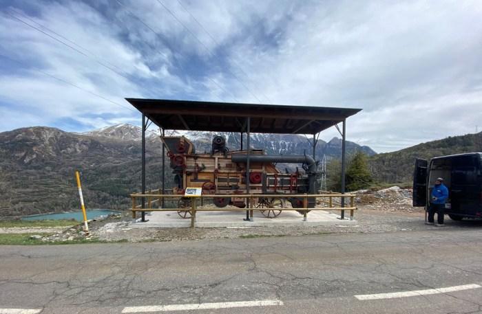Instalación de la trilladora de Chirosé y del cartel informativo a la entrada de Piedrafita de Jaca. (FOTO: Comarca Alto Gállego)