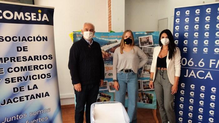 Ya se conocen los ganadores de los ticket-regalo de la Campaña del Día de la Madre de Acomseja. Un momento del sorteo, celebrado en el Albergue Jaca. (FOTO: Acomseja)