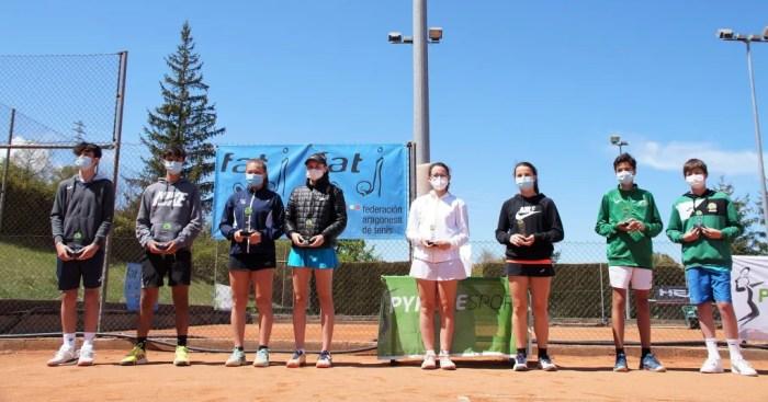 Alejo Sánchez y Silvia Alejo se llevan en Jaca el Campeonato de Aragón de Tenis Cadete. En la imagen, los ganadores. (FOTO: Rebeca Ruiz)