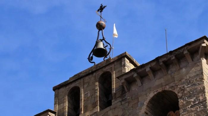 La nueva bandera blanca luce desde hoy en el Campanario de la Catedral de Jaca. (FOTO: Rebeca Ruiz)