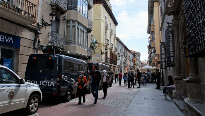 La Policía desaloja a 22 personas reunidas en un local social de Jaca. En la imagen, Policía Local y Policía Nacional en la Calle Mayor de Jaca, este Primer Viernes de Mayo. (FOTO: Rebeca Ruiz)