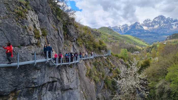 Las oficinas de turismo de Huesca conocen las nuevas pasarelas sobre el Caldarés de Panticosa