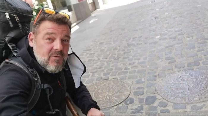Tras los pasos de Fran Contreras por la Jacetania mágica del Camino de Santiago. En Jaca, junto al sueldo jaqués. (IMAGEN: FB de Fran Contreras)