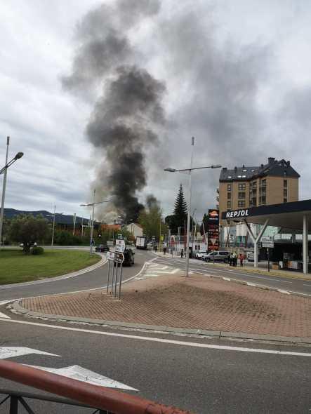 Aparatoso incendio en las instalaciones de antiguo matadero, sede de la Policía Local de Jaca