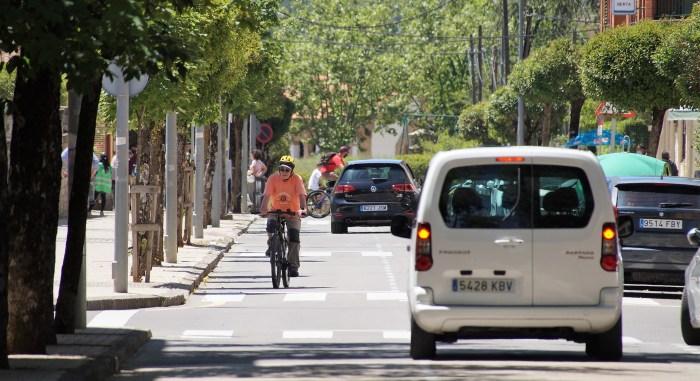 La Policía Local de Jaca recuerda cómo hay que ir en bici y anuncia sanciones para los infractores. (FOTO: Rebeca Ruiz)