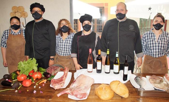 El Cobarcho vuelve a crear tendencia en Jaca con su cocina de temporada y sus sabores únicos. El equipo del Cobarcho, durante la presentación. (FOTO: Rebeca Ruiz)