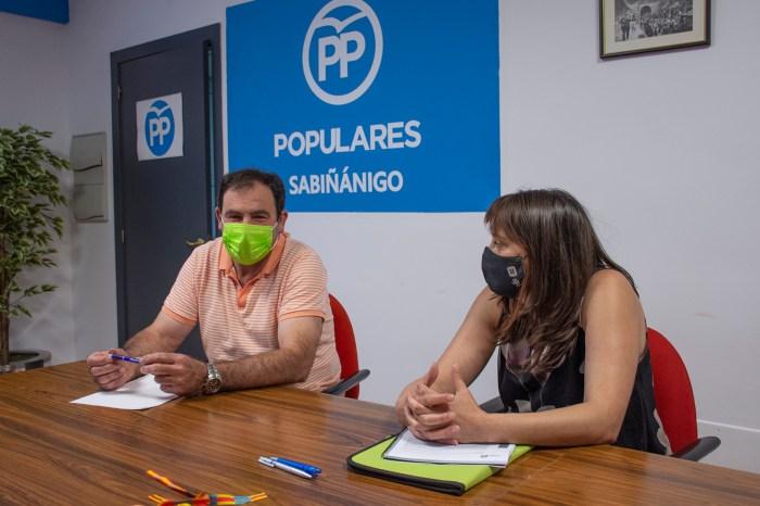 """El PP de Sabiñánigo se muestra """"satisfecho"""" en su balance en el ecuador de la legislatura. Francisco Santolaria y Susana Gracia."""
