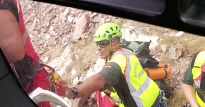 Fallece un montañero de 66 años al precipitarse cerca del Collado Palas y golpearse con la roca. Un momento del rescate.