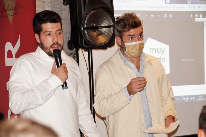 Alejandro Carbonell (izquierda) y Ale Jarne (derecha), durante la presentación de Muy de Jaca. (FOTO: Rebeca Ruiz)