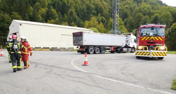 Bomberos españoles y franceses contienen la fuga de electrolito de un camión en Somport