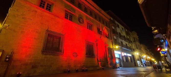 Jaca se viste de rojo para concienciar sobre la Distrofia Muscular de Duchenne. (FOTO: Rebeca Ruiz)