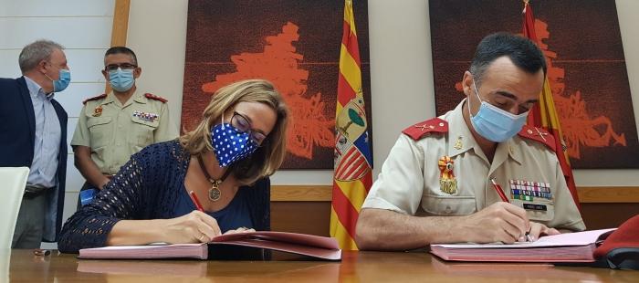 Mayte Pérez y Manuel Pérez López, durante la firma del convenio. (FOTO: Gobierno de Aragón)