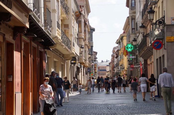 Vuelven a Jaca los Bonos Impulsa a partir del 6 de octubre. En la imagen, de archivo, la Calle Mayor de Jaca. (FOTO: Rebeca Ruiz)