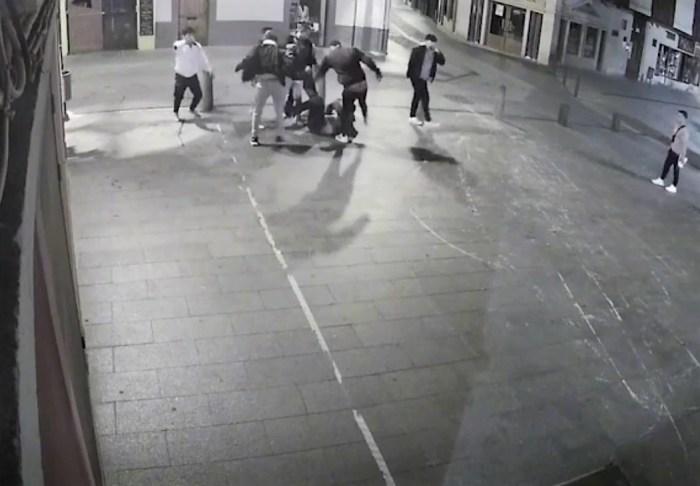 Ocho detenidos, tres menores, por propinar una brutal paliza a un militar en Jaca. Un momento de la paliza captado por la cámara de seguridad.