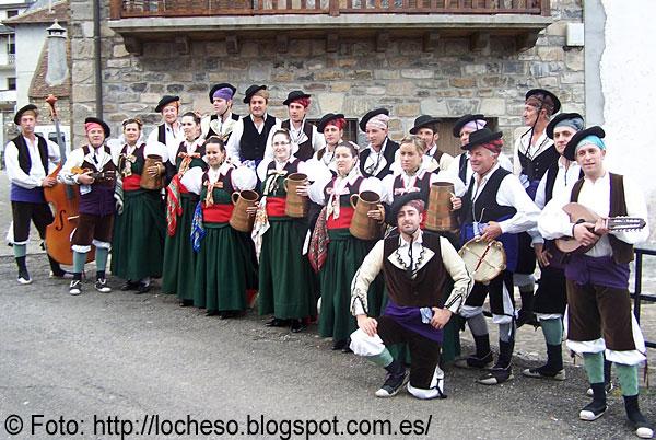 El grupo Val d'Echo, 40 años recuperando y difundiendo la cultura tradicional. (FOTO: Ayuntamiento de Hecho)