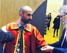 Juan Manuel Ramón, el alcalde, ayuda a prepararse al Síndico.