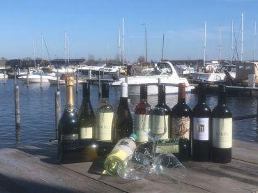 Wijn proeven aan het water