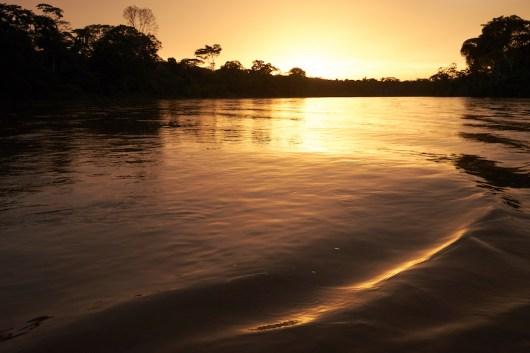 Navigation le soir sur le rio Curaray