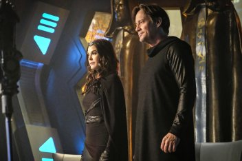 """Supergirl -- """"Star-Crossed"""" -- SPG216b_0328.jpg ñ Pictured (L-R): Teri Hatcher as Rhea and Kevin Sorbo as Lar Gand -- Photo: Robert Falconer/The CW -- © 2017 The CW Network, LLC. All Rights Reserved"""