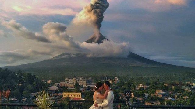 Pernikahan Unik Di Tengah Erupsi