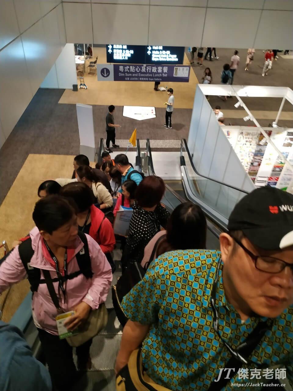 禮品展在灣仔展覽館總共有一、三、五層樓,逛完一層,接著往樓上走